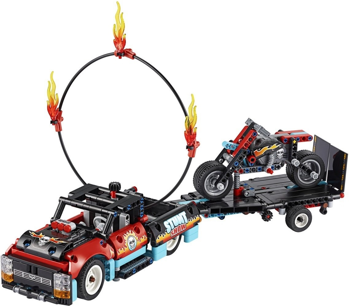 Шоу трюков на грузовиках и мотоциклах